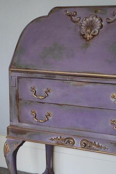 This bureau was in a sorry state, so it's had the Jonathon Marc Mendes Painted Love treatment. To start with I spray-painted the interior gold and the #ChicMouldings too, I then applied the mouldings and gave it three coats of chalk paint by Annie Sloan in French Linen, Château Grey, with a little Olive, and the final coat was Emile. Once all dried I used the wet distress technique by applying a colourwash of Cream and then wiping back the layers of colour showing the gold and corresponding…