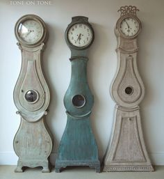 There is The Easiest Way to Bring Scandinavian Style/Swedish Into Your House and Apartment by using simple Colors in vaporous blues, soft grays & milky whites. Lovely Swedish antiques are avail… Swedish Decor, Swedish Style, Swedish House, Swedish Design, Scandinavian Design, Wabi Sabi, Swedish Interiors, Diy Clock, Facades