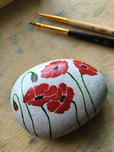 Mandala Painted Rocks, Painted Rocks Craft, Hand Painted Rocks, Painted Stones, Rock Painting Patterns, Rock Painting Ideas Easy, Rock Painting Designs, Stone Art Painting, Pebble Painting