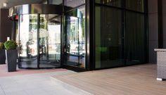 Terrasse mit Premium WPC Terrassendielen in dunkelbraun beim Hoteleingang des Marriotts