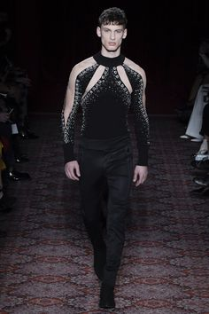The complete Julien Macdonald Fall 2017 Ready-to-Wear fashion show now on Vogue Runway. High Fashion Men, Fashion Show, Mens Fashion, Fashion Design, Julien Macdonald, Costume Original, Androgynous Fashion, Androgyny, Look Cool