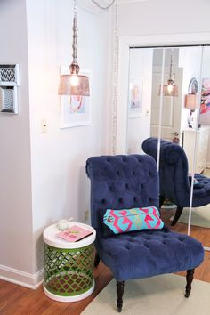 Mirrored Doors & Reading Nook | Refresh your teen's bedroom to last! Add modern touches in fresh colors with pops of fun! Sophisticated and modern, its sure to last until college! | Sumptuous Living | http://sumptuousliving.net/modern-teen-bedroom/