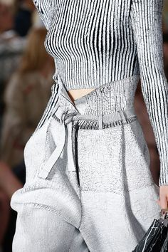 Balmain Spring 2019 Ready-to-Wear Fashion Show Balmain Spring 2019 Ready-to-Wear Collection - Vogue Fashion Details, Look Fashion, Runway Fashion, Trendy Fashion, Fashion Models, High Fashion, Fashion Beauty, Fashion Show, Womens Fashion