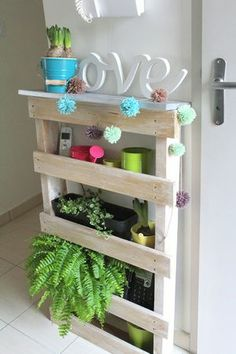 Cute little shelf for my live garden. Top ledge for gardening prep or cute little kitschy pieces. Pallet Crates, Pallet Shelves, Pallet Furniture, Home Furniture, Home Decoracion, Home Trends, Home And Deco, Inspired Homes, Decoration