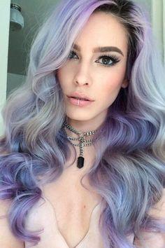 Von grünen Haaren bis hin zu futuristischen Pixel-Haaren – wir haben schon einige seltsame Haartrends mitgemacht. Auch für den...
