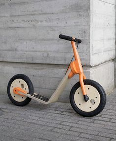 A kick scooter, course step, a walkingbike, and bike in one, designed to improve children's sense of balance and motor skills in a playful way.