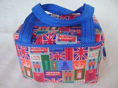 Lunch Bag ou Lancheira térmica feita em tecido 100% algodão e forrada com tecido térmico. Fechamento com zíper.    Mede aproximadamente 21cm de largura, 14cm de altura e 18cm de profundidade. R$ 69,00