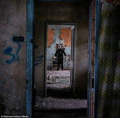 El espeluznante Hombre Búho aterroriza a los intrusos que osan visitar un antiguo hospital abandonado en Escocia.