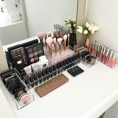 An organizer that designed to hold small beauty things such as blushes, powders etc.