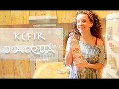 Il Kefir d'acqua è una bevanda probiotica a base di grani di kefir, acqua naturale e un dolcificante naturale. E' dunque possibile ottenere un buonissimo Kefir anche senza utilizzare latti animali o vegetali, ma semplicemente con acqua e attraverso un diverso tipo di granuli rispetto a quelli del latte. La differenza tra il kefir d'acqua e ilkefir di latte riguarda esclusivamente il tipo di batteri contenuti: nel kefir di latte infatti esistono circa 30 specie diverse di fermenti vivi, mentre Kefir, Natural Remedies, Health And Beauty, Homemade, Youtube, Losing Weight, Home Made, Natural Home Remedies, Youtubers