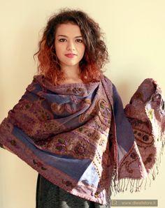Scialle indiano blu pervinca con fitti ricami in lana fatti a mano