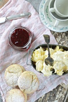 Art Making homemade clotted cream, via I Married an Irish Farmer. I think its time for a tea party with my besties! Clotted Cream Recipes, Sandwiches, Cream Tea, Irish Recipes, Croissants, Calories, Dessert Recipes, Desserts, Afternoon Tea