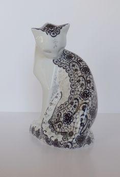 Chat dentelle perle sur porcelaine entièrement peint à la main . Plume et relief