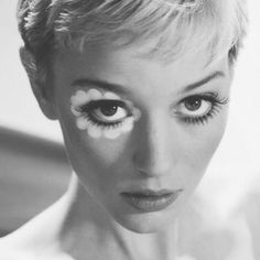45 Extremely Stylish Pixie Haircut Ideas - Hair & Makeup Look Mod Makeup, Beauty Makeup, Hair Makeup, Hair Beauty, Twiggy Makeup, Sixties Makeup, Dress Makeup, Makeup Eyeshadow, Makeup Brushes
