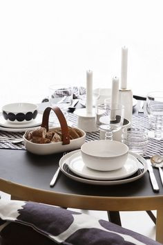 Marimekko Oiva collection tableware and the gorgeous Kuppa serving bowl Nordic Home, Scandinavian Home, Marimekko, Rose House, Decoration Table, Dining Furniture, Kitchen Dining, Dining Set, Dining Table