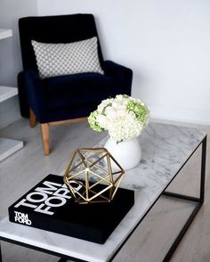 Coffee table styling is an easy and practical decoration for the urban house. Learn the basics before experimenting with decoration styles. Coffee Table Styling, Coffee Table Books, Decorating Coffee Tables, Marble Coffee Tables, Interior Decorating, Interior Design, Decorating Tips, Room Interior, Deco Design