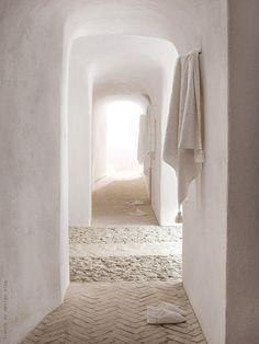 I so love this white tadelakt hallway Home Interior, Interior And Exterior, Nordic Interior, Tadelakt, Pink Walls, White Walls, White Hallway, Color Walls, Everything Pink