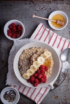 Mingau cremoso com frutas vermelhas, cereais e mel: https://www.casadevalentina.com.br/blog/MINGAU%20CREMOSO%20COM%20FRUTAS%20VERMELHAS%2C%20CEREAIS%20E%20MEL -----------------------------------  Porridge with creamy red fruit, cereal and honey: https://www.casadevalentina.com.br/blog/MINGAU%20CREMOSO%20COM%20FRUTAS%20VERMELHAS%2C%20CEREAIS%20E%20MEL
