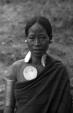 India | Chang Naga woman. Chingmei, Nagaland, Tuensang district.  1936. | ©SOAS, Nicholas Haimendorf