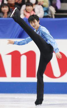 ソチ五輪代表最終選考会のフィギュアスケート全日本選手権は2013年12月21日、さいたまスーパーアリーナで開幕し、男子ショートプログラム(SP)で羽生結弦(写真、ANA)が4回転ジャンプを決め、自身の世界歴代最高点を上回る103.10点(国内参考記録)で首位に立った 【時事通信社】