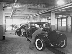 1935 Lincoln assembly line : Posters and Framed Art Prints Available Old Vintage Cars, Antique Cars, Auto Shops, Old American Cars, Car Dealerships, Auto Parts Store, Assembly Line, Ford Lincoln Mercury, Lincoln Continental