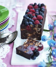 Her får du en trin for trin guide til hvordan du laver den mest luksuriøse kiksekage med mørk chokolade, makroner og bær.