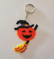 Llavero hecho con hama beads mini de calabaza bruja con escoba Halloween