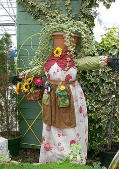 SUCH A CUT IDEA FOR THE GARDEN. Use 4x4's & 2x2's & wood finials for the hands. Change out aprons for each season.