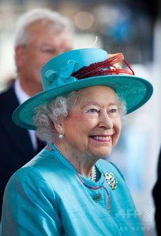 改修工事が完了したロンドン(London)西部のレディング駅(Reading Station)を訪問した英国のエリザベス女王(Queen Elizabeth II、2014年7月17日撮影)。(c)AFP/Ben Gurr ▼19Jul2014AFP|工事完了のレディング駅を訪問、エリザベス女王 http://www.afpbb.com/articles/-/3021008 #Reading_Station #Queen_Elizabeth_II