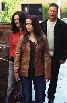 Long Live the Queen is the episode of the fourth season and the overall episode of Charmed. When Phoebe helps her sisters save an innocent, she and Cole face a bloody coup, unless she proves her dark allegiance by killing Piper and Paige. Serie Charmed, Charmed Tv Show, Best Tv Shows, Movies And Tv Shows, Leo Wyatt, Magic Charms, Holly Marie Combs, Shannen Doherty, Alyssa Milano
