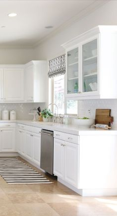 Here we present a collection of kitchen cabinet ideas that could be inspiration for you to apply to your kitchen at home. Check these out! Latest Kitchen Designs, Beautiful Kitchen Designs, Contemporary Kitchen Design, Beautiful Kitchens, Cool Kitchens, Dream Kitchens, Kitchen Cabinets And Countertops, White Countertops, White Kitchen Cabinets