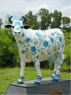 "cow Parade "" Blue and White Porcelain "" Cow  http://www.displaystatues.com/index.php?main_page=index=5_3"
