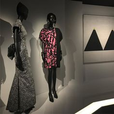 Art inspiring Dior Haute Couture is a recurrent theme. Pollock dress by Marc Bohan for Dior in 1984 with an Agnes Martin painting as background. The Dior exhibition is on until Jan 2018 @lesartsdecoratifs and my photo montage is on the blog (link in bio)