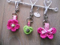 Little flowers . Thread Crochet, Love Crochet, Crochet Gifts, Crochet Motif, Crochet Yarn, Crochet Flowers, Crochet Stitches, Crochet Patterns, Crochet Keychain