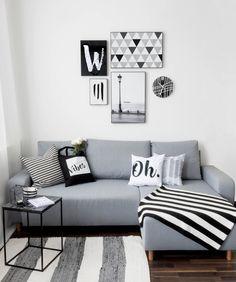So schön kann klares aufgeräumtes Wohnung sein. Auch in schwarz-weiß wirkt dieses Wohnzimmer wunderbar gemütlich. Den Download zu den Wandbildern und Kissen gibt es hier:
