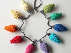 Crochetted light garlands on http://jolietricot.com/christmas-projects/
