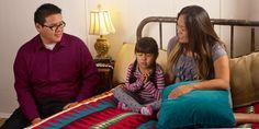 Unos padres escuchan a su hija hacer oración antes de que se duerma