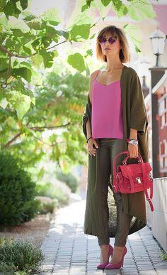 Nuestro look del día: muy fresco y elegante. Perfecto para este entretiempo. Nos encanta la combinación de colores rosa (color de verano) con el verde que tiene tonalidad más fuerte y otoñal..