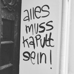 """Bau auf bau auf!"" oder: geplante Obsoleszenz goes rogue. #neukölln #rixdorf #berlin #notesofberlin #kaputt #graffiti #grafittiberlin #streetartberlin #streetart"