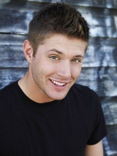 Jensen Ackles, Dean Winchester of Supernatural series is an American multi talented director and actor. Christian Bale, Christian Grey, Supernatural Jensen Ackles, Supernatural Fandom, Winchester Supernatural, Supernatural Wallpaper, Winchester Boys, Supernatural Background, Supernatural Poster