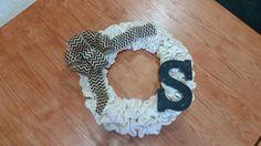 Custom Cream Burlap Wreath with Monogram Letter and Chevron Bow Kundenspezifischer Creme-Leinwand-Kranz mit Monogramm-Buchstaben und Zickzack Bogen Bow Wreath, Burlap Wreath, Monogram Letters, Monogram Wreath, Chevron Bow, Creme, Bows, Wreaths, Lettering