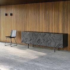 De zwarte eiken Facette Chair van Ethnicraft is een tijdloze stoel die in elk woning zal passen, maar behoudt toch zijn moderne look. De structuur van deze stoel onderverdeeld in facetten wat zorgt voor een groot zitcomfort én een unieke uitstraling. Het idee achter het ontwerp is gevouwen papier, uitgewerkt in eik.