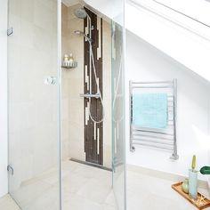 Badværelse badet i lys