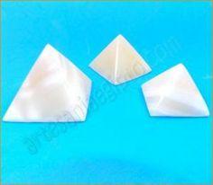 Juego de las tres pirámides de Gizeh: Keops, Kefren y Micerino tallado en mármol egipcio de color rojo.Medidas de la pirámide grande: base 7cm. Altura 7cm
