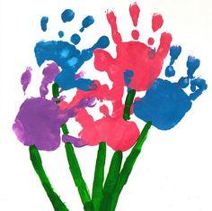 Un ramo de flores con pintura de manos. Una manualidad con bebés o incluso para preescolar para celebrar el Dia de la Madre: http://www.manualidadesinfantiles.org/un-ramo-de-flores-con-pintura-de-manos