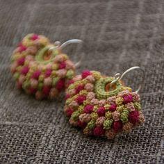 crochet earrings by gema girasol Crochet Jewelry Patterns, Crochet Earrings Pattern, Crochet Flower Patterns, Crochet Motif, Crochet Designs, Crochet Crafts, Crochet Yarn, Crochet Projects, Textile Jewelry