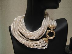 I love this unusual pearl necklace, however I know I wouldn't have the guts to wear it.