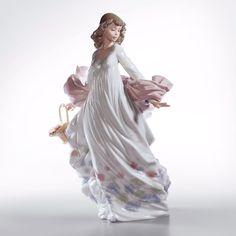 Le pieghe di un romantico abito bianco con delicate decorazioni floreali…