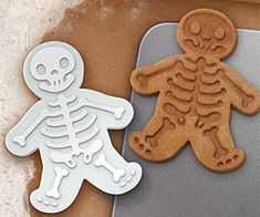 Bake up some spooky cookies this Halloween with these clever dead gingerbread men cookie cutters. After raising your army of undead gingerbread men,. Dessert Halloween, Fete Halloween, Halloween Cookies, Holidays Halloween, Halloween Treats, Happy Halloween, Halloween Baking, Halloween Foods, Spirit Halloween