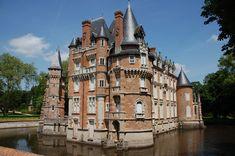 chateau-de-combreux- Loiret #chambre d'hotes  #chateauneuf sur Loire #Loiret Mansions, House Styles, Chateauneuf, Castles, Medieval, Trips, Bedroom, Mansion Houses, Traveling